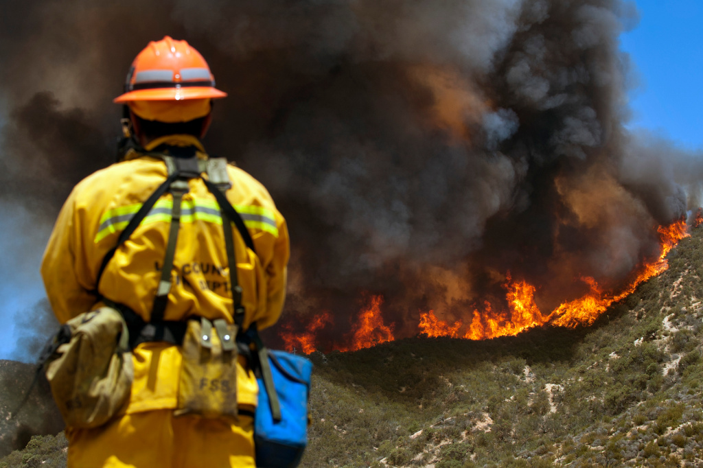 Six hundred firefighters from throughout Southern California are working to contain the 1,500-acre fire.