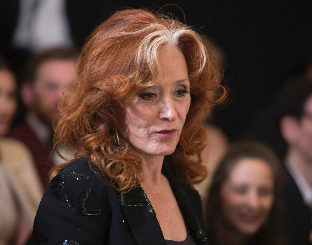 Singer Bonnie Raitt arrives at the reception for the 2016 Kennedy Center Honorees at the White House on December 4, 2016 in Washington, DC. / AFP / CHRIS KLEPONIS        (Photo credit should read CHRIS KLEPONIS/AFP/Getty Images)