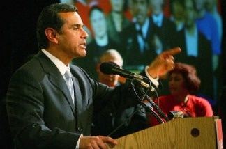 Mayor Antonio Villaraigosa speaks during a UNITE HERE unionized hotel workers campaign.