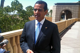 Los Angeles Mayor Antonio Villaraigosa talks to reporters after bike summit. The mayor is holding and squeezing a ball of putty as part of his therapy for the elbow he broke in a recent bicycle accident.
