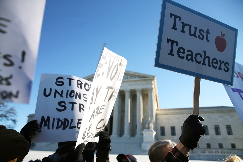 WASHINGTON, DC - JANUARY 11:  People for and against unions hold up signs in front of the US Supreme Court building January 11, 2016 in Washington, DC. The high court is hearing arguments in the Friedrichs v. California Teachers Association case.ÊThe case will decide whether California and twenty two other states can make public-employees, such as public school teacher Rebecca Friedrichs, to pay union agency fees.  (Photo by Mark Wilson/Getty Images)