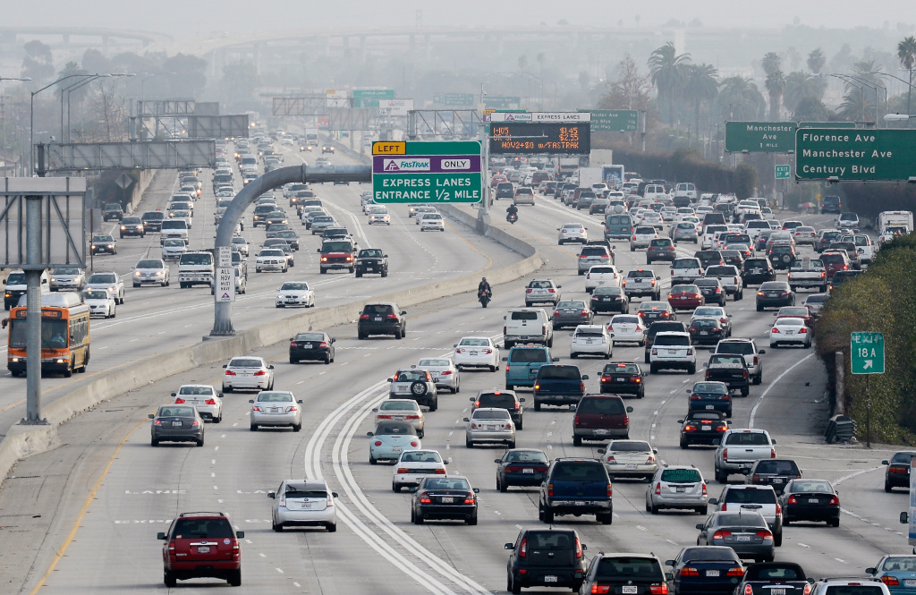 Traffic on the northbound and southbound lanes of the 110 Harbor Freeway starts to stack up during rush hour traffic on February 5, 2013 in Los Angeles.