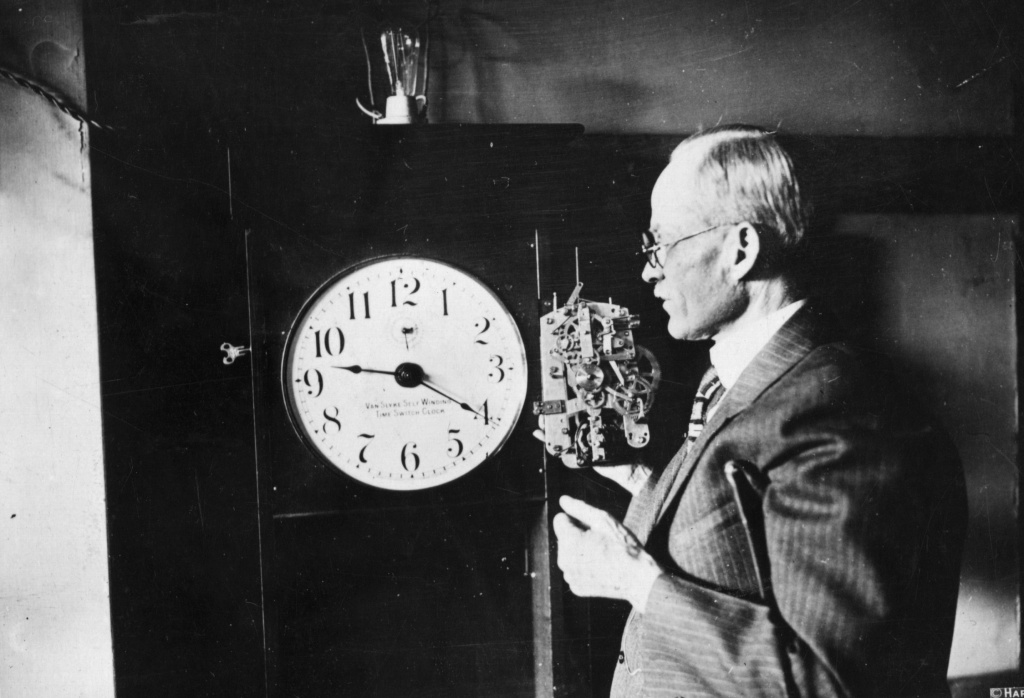 30th March 1926: American opthalmologist J C Van Slyke with his electric clock which can, amongst other things, turn on automobile parking lights 15 minutes after sun down and turn the lights off again at daybreak.