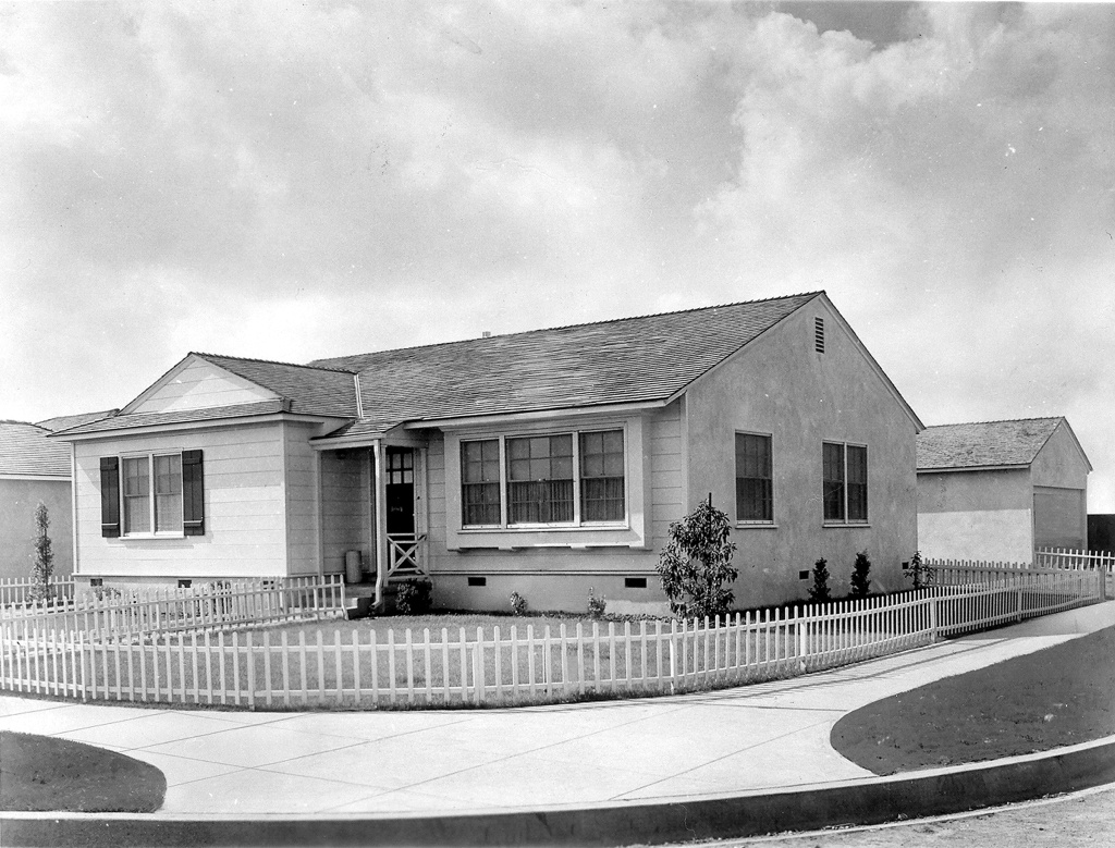 On the first day of sales in Lakewood in 1950, 25,000 people lined up to have a look. At the end of the first month, more than 200,000 people had flocked to the sales office, and more than 1,000 families had purchased homes. As many as 50 houses a day were sold, with a record 107 sold in one hour.