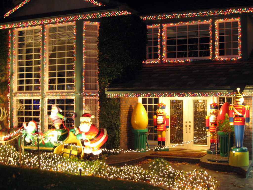 lights shine bright on thoroughbred street in alta loma 893 kpcc - Thoroughbred Christmas Lights