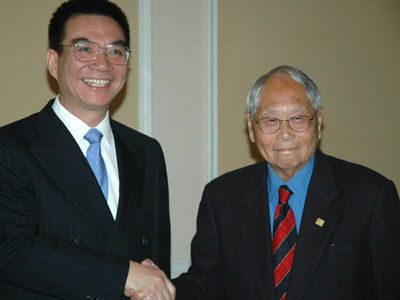 Justin Yifu Lin and Wilbur K. Woo (R) at the Wilbur K. Woo Conference on the Greater China Economy in February 2012.