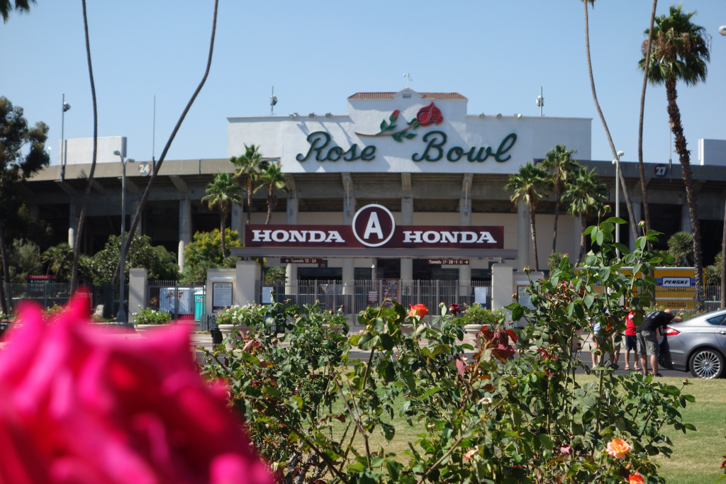The Rose Bowl is run by the Rose Bowl Operating Committee, a public enterprise owned by Pasadena.
