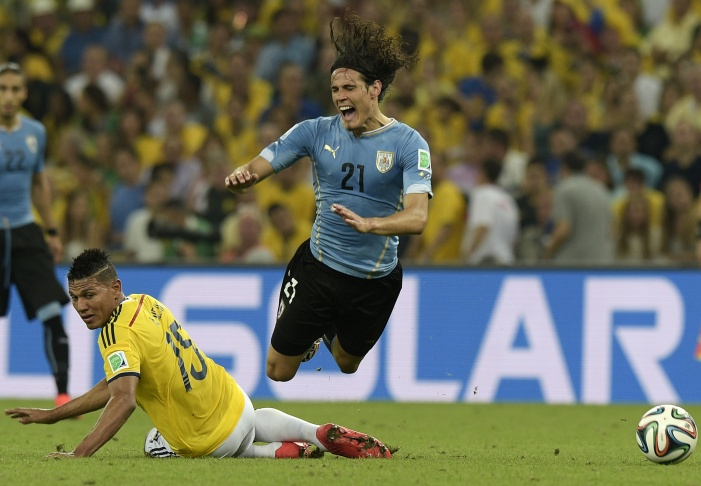 Uruguay's forward Edinson Cavani (R) vies for the ball with Colombia's midfielder Alexander Mejia, during the Round of 16 football match between Colombia and Uruguay at the Maracana Stadium in Rio de Janeiro during the 2014 FIFA World Cup on June 28, 2014.