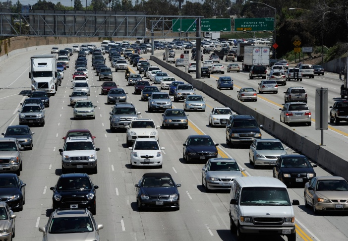Traffic is shown creeping along on northbound I-405 in Los Angeles on May 27, 2011. (Photo by Kevork Djansezian/Getty Images)