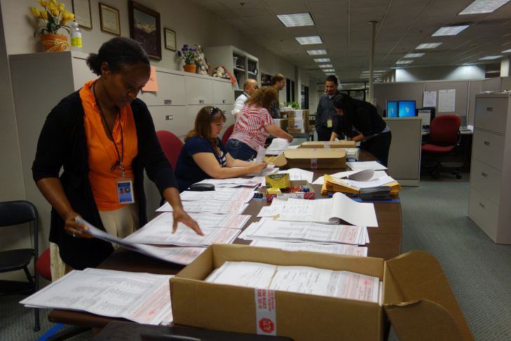 Shanta Lennon assists recount in Kern County