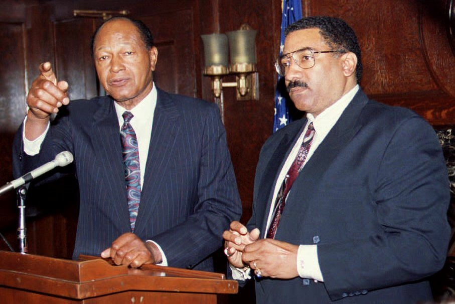 Los Angeles Mayor Tom Bradley (L) fields journalist's questions 06 April 1993 during a joint press conference with L.A. Police Chief Willie Williams in Los Angeles, California.
