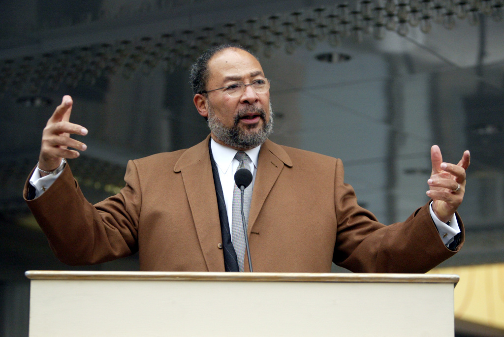 Richard Parsons has been named interim CEO of the LA Clippers.