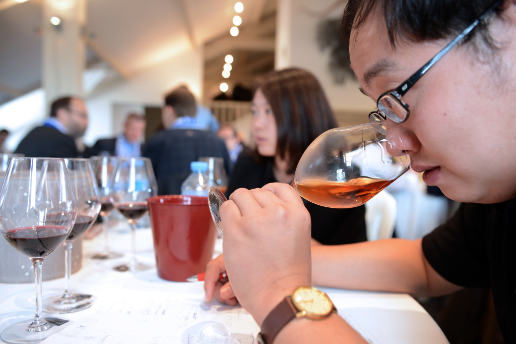 Members of China's team participate at the World Wine Blind Tasting Challenge on October 12, 2013 at the Larrivet Haut-Brion castle in Leognan, southwestern France.