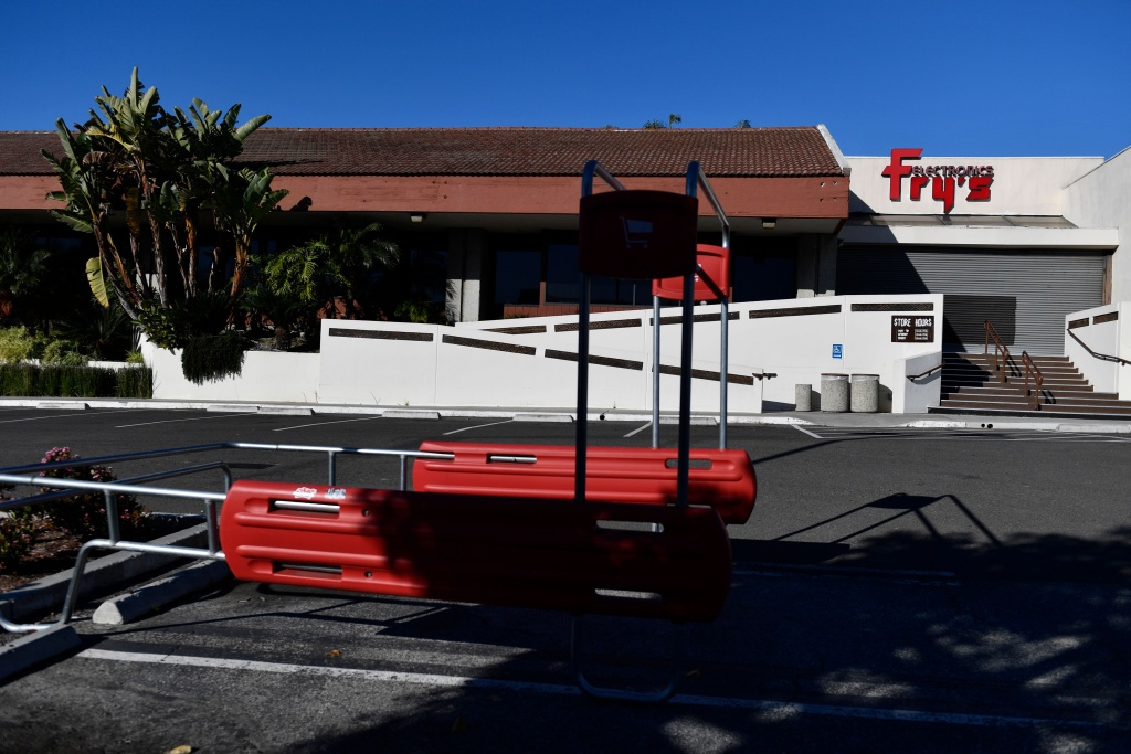 A closed Fry's Electronic store is seen on February 24, 2021 in Manhattan Beach, California. - Fry's Electronics, a longtime US retail group known for selling computers and accessories, abruptly shut down its 31 stores on February 24, 2021, citing the pandemic and changes to retailing.