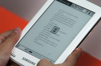 A visitor tries out a Samsung 'jetbook mini' ebook reader.