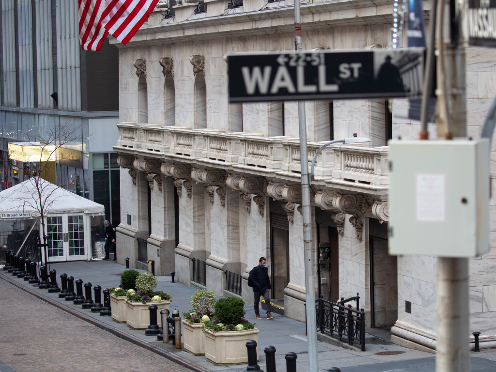 The New York Stock Exchange is moving to delist three Chinese telecom companies, saying on Wednesday that it will go ahead with the plan after receiving feedback from the Treasury Department.