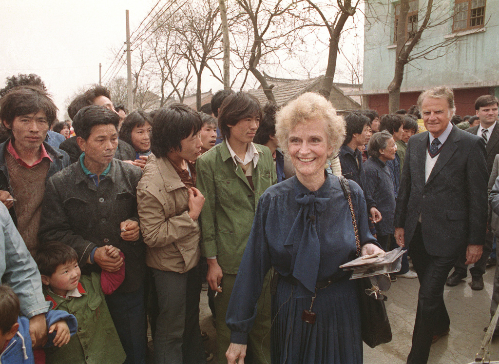 Billy Graham (R), the American evangelist and his wife Ruth (C) smile, 19 April 1988 as they meet Chinese inhabitants of Ruth's birthplace in Huaiyin, Jiangsu province, China.