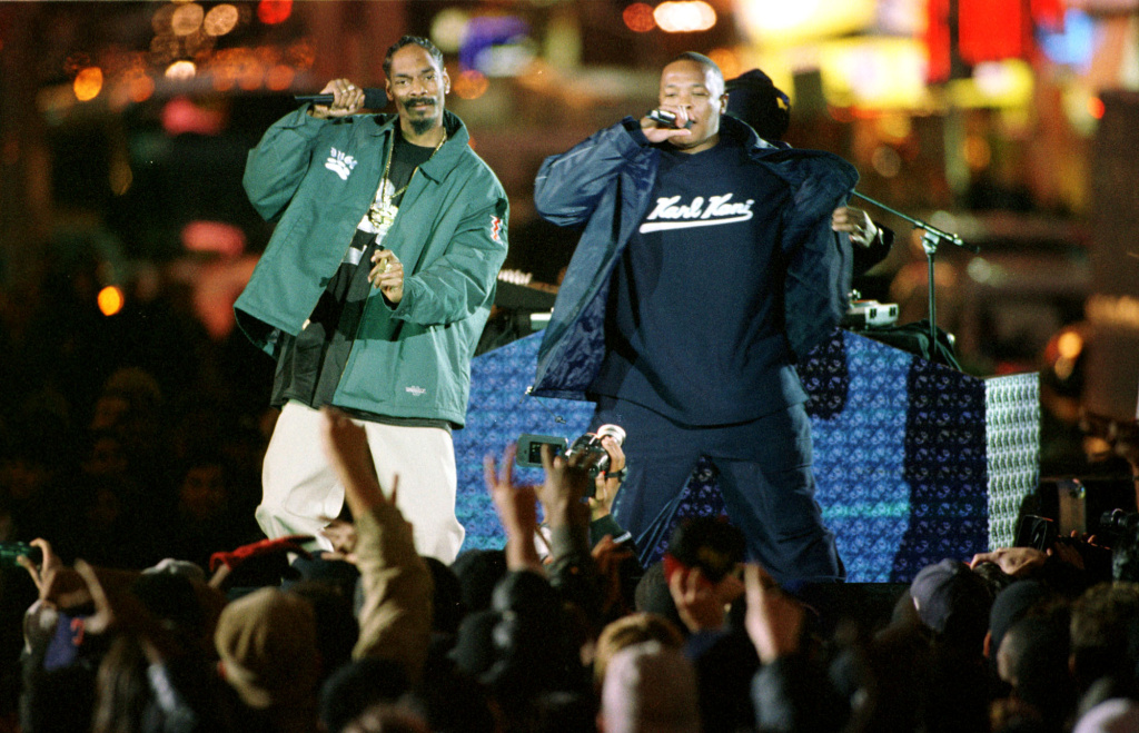 Dr. Dre (right) and Snoop Dogg (left) perform on Broadway in Times Square, New York City as part of MTV's Spankin New Music Week, Nov. 4, 1999.