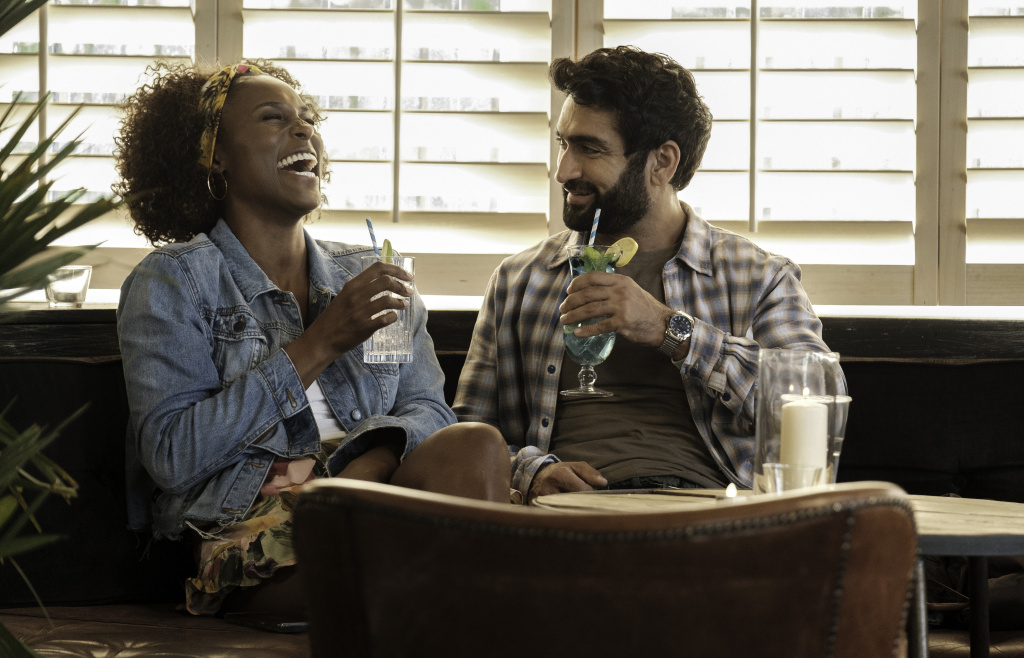 Issa Rae (L) and Kumail Nanjiana (R) in