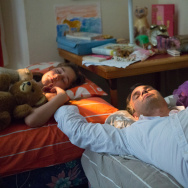 """A father suffering from bipolar disorder with his children in Maya Forbes's """"Infinitely Polar Bear"""""""