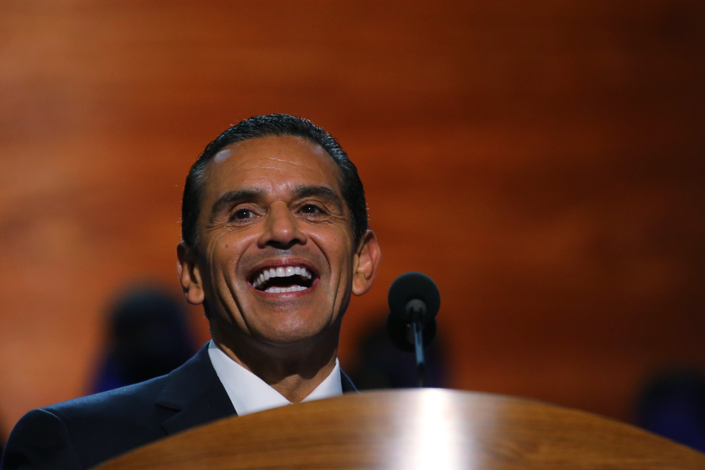 With the presidential election down to the wire, Mayor Antonio Villaraigosa is in Tampa and Florida Monday to campaign on behalf of President Barack Obama.