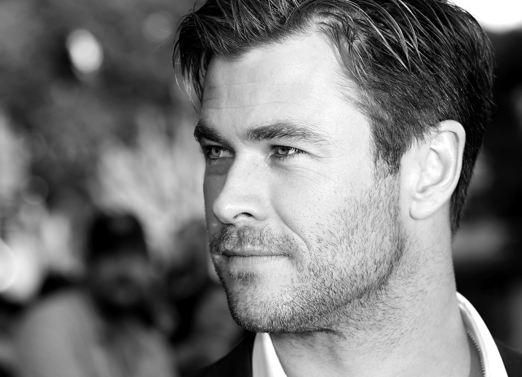 Actor Chris Hemsworth arrives at the premiere of Warner Bros. Pictures'