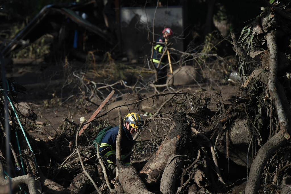 Members of the Orange County Fire Department Urban Search and Rescue team look for survivors amid the mud, debris and destruction caused by a massive mudflow in Montecito, California, January 10, 2018.   Search and rescue efforts intensified January 10 for hundreds of Montecito residents feared trapped in their homes after deadly walls of mud and debris roared down California hillsides stripped of vegetation by recent, ferocious wildfires. / AFP PHOTO / Robyn Beck        (Photo credit should read ROBYN BECK/AFP/Getty Images)