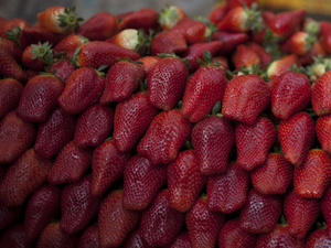 Claims that strawberries and other foods rich in antioxidants can reduce inflammation and pain aren't backed up by much research.
