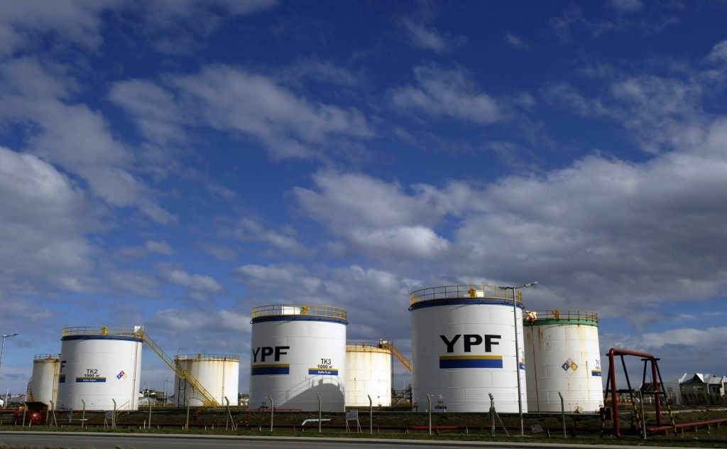 Petrol storage tanks of Argentine state-owned oil company YPF in Rio Gallegos, Santa Cruz, some 2500 Km southwest of Buenos Aires, on October 23, 2011.  The Spanish-Argentinian oil giant Repsol YPF on Monday announced the discovery of an important oilfield in southern Argentina that might be one of the non-conventional hydrocarbons world largest and of better quality, the company announced.
