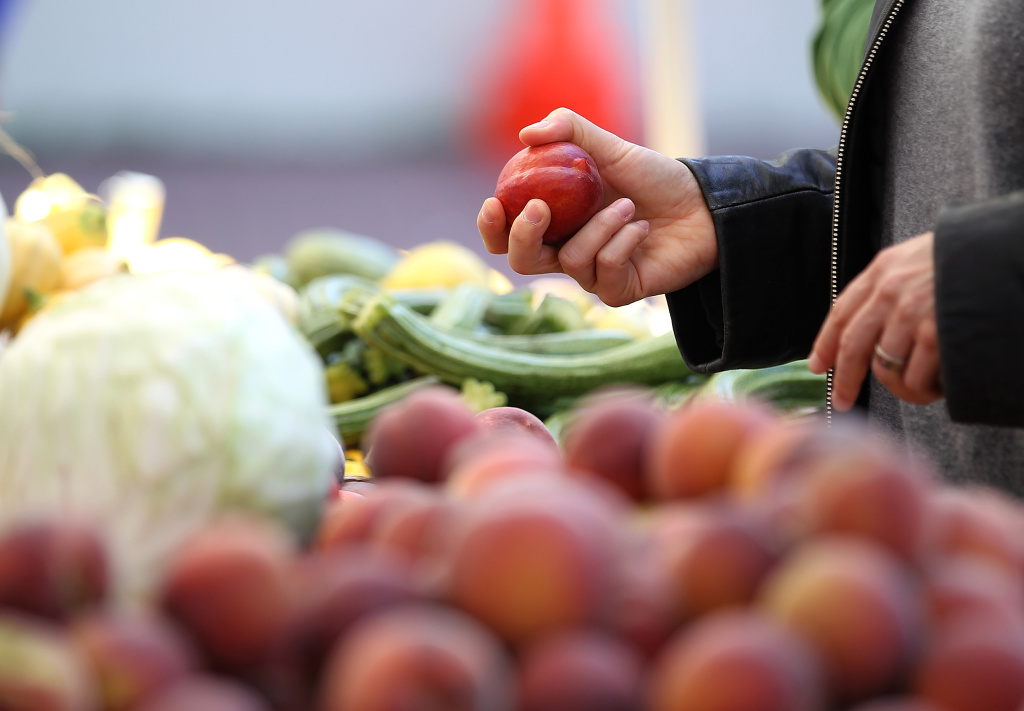 A $2.5 million grant from First 5 L.A. will expand a program that helps poor families buy fruits and vegetables at farmers markets. (Photo by Justin Sullivan/Getty Images)