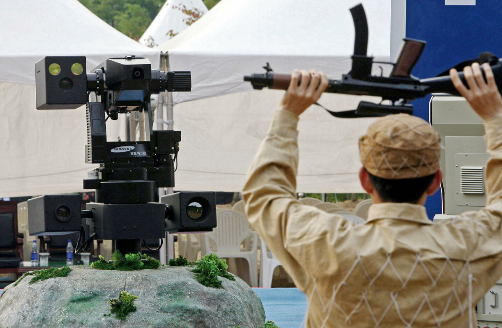 File: CHEONAN, REPUBLIC OF KOREA: A sentry robot freezes a hypothetical intruder by pointing its machine gun during its test in Cheonan, 92 kms south of Seoul, 28 September 2006. Researchers and concerned citizens are urging a ban on offensive military weapons that don't rely on human control.