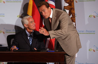 File photo: Florida Governor Charlie Crist (L) and California Governor Arnold Schwarzenegger during a signing ceremony of executive orders to reduce greenhouse gases at the Florida Summit on Global Climate Change July 13, 2007 in Miami, Florida.