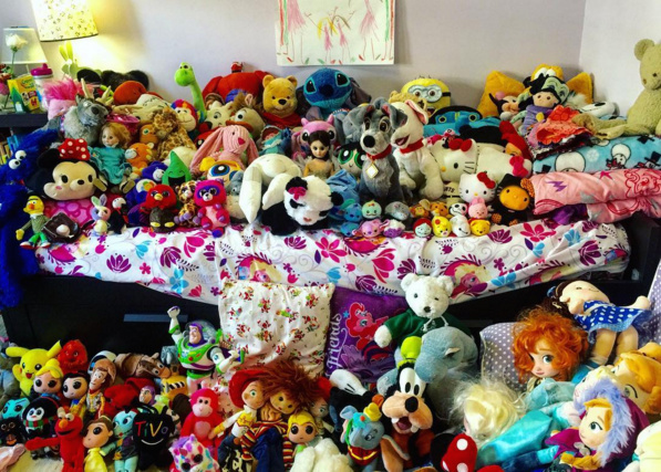 The BEFORE picture of the stuffed animal collection owned by Alex Cohen's daughter.