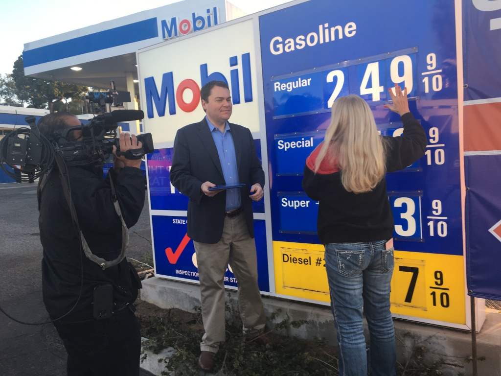 Carl DeMaio assists the owner of a Mobil gas station near Interstate 5 in Encinitas as she changes the price sign. DeMaio, of Reform California, used the price-lowering events to draw in potential supporters of a petition to repeal the state's new gas tax.