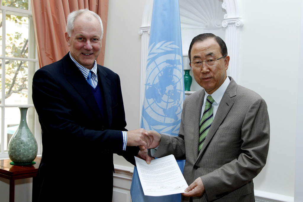This photo released by the United Nations shows professor Ake Sellstrom, head of the chemical weapons team working in Syria, handing over the report on the Al-Ghouta massacre to Secretary-General Ban Ki-moon Sunday Sept. 15, 2013. (AP Photo/United Nations, Paulo Filgueiras)