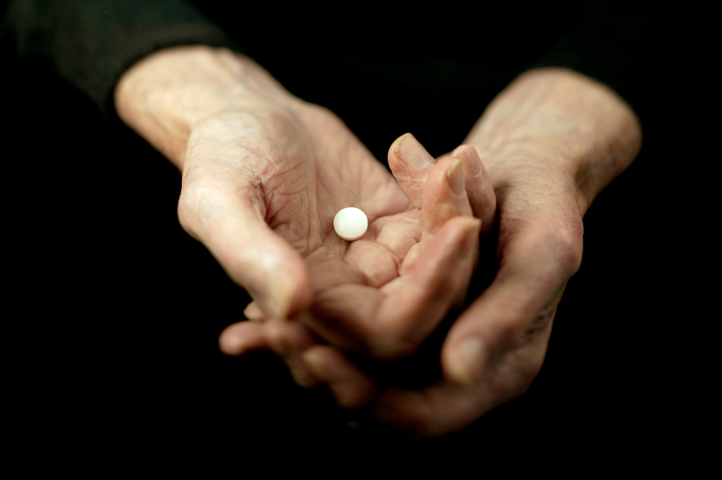 Daily low-dose aspirin can be of help to older people with an elevated risk for a heart attack. But for healthy older people, the risk outweighs the benefit.