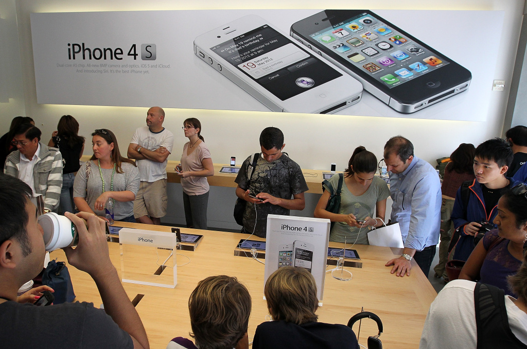 Apple Store customers look at the new Apple iPhone 4Gs on October 14, 2011 in San Francisco, United States.  The new iPhone 4Gs features a faster dual-core A5 chip, an 8MP camera that shoots 1080p HD video, and a voice assistant program.