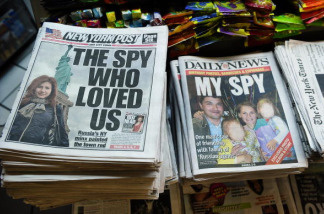 New York newspapers are on display featuring personal photos of suspected Russian spies Anna Chapman (L) and Richard and Cynthia Murphy at a news stand in New York, June 30, 2010. Russia and the United States sought to cool a heated scandal sparked by the arrest of 11 suspected Kremlin spies, amid fears the Cold War-style furore could harm improving ties.
