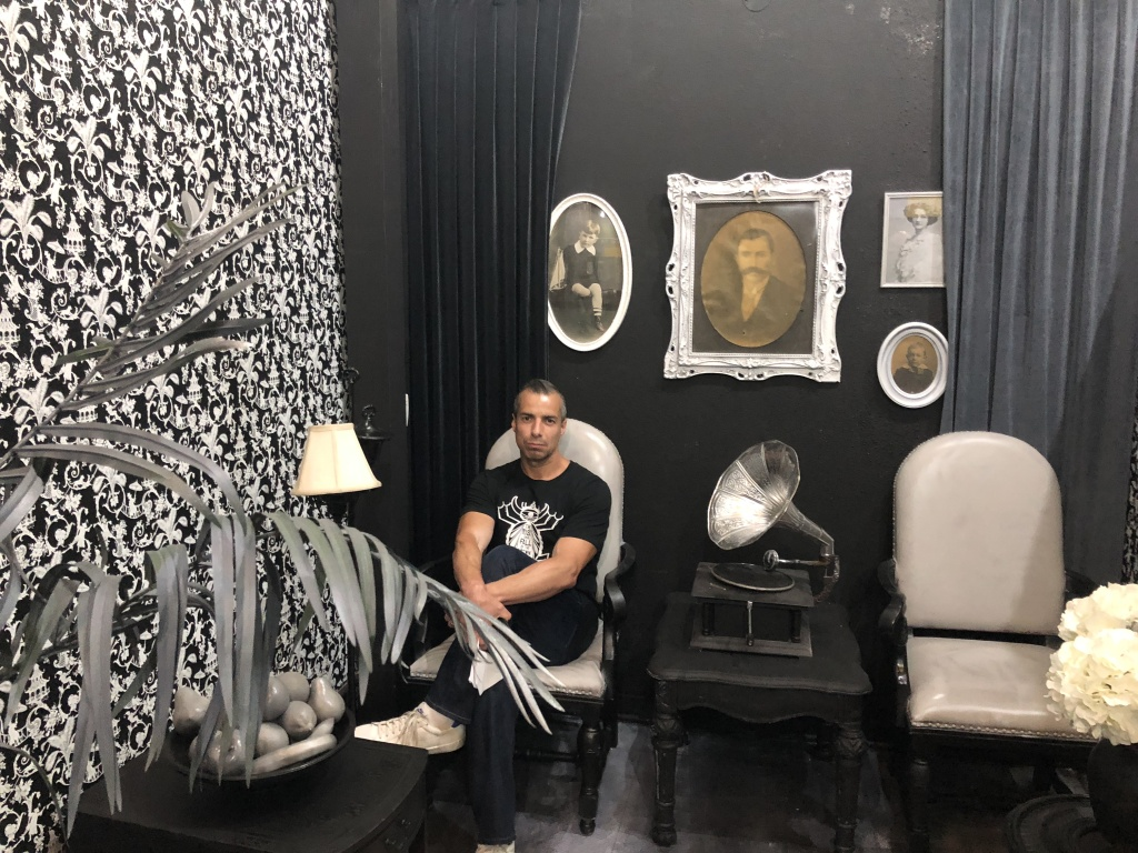 The room that features only monochromatic colors and commemorates black and white photography at the Museum of Selfies.