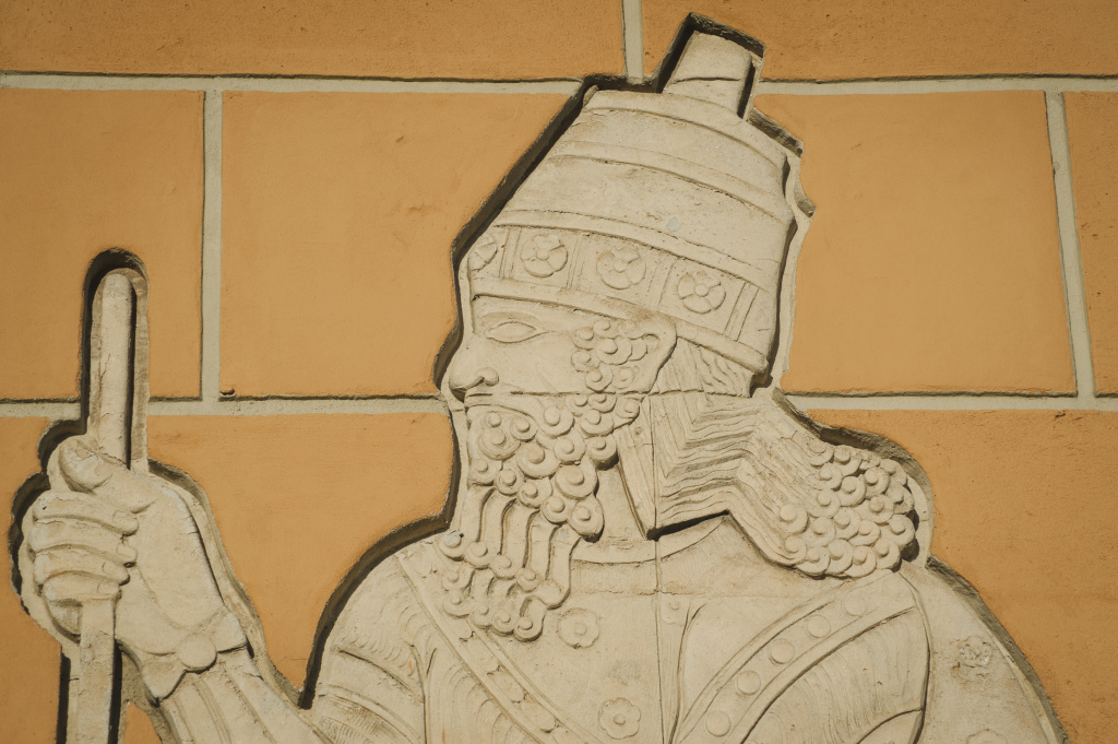 A concrete figure representing a King Sargon II, modeled on ancient carvings, decorates the Citadel Outlets in Commerce, California.