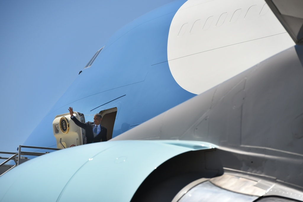 US President Barack Obama boards Air Force One at Los Angeles International Airport in Los Angeles, California, on July 24, 2014, en route to Washington, DC. AFP PHOTO/Jewel Samad (Photo credit should read.