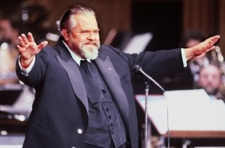 Orson Welles (1915-1985) opens the Caesar awards in Paris in 1982. He's the star of the new book