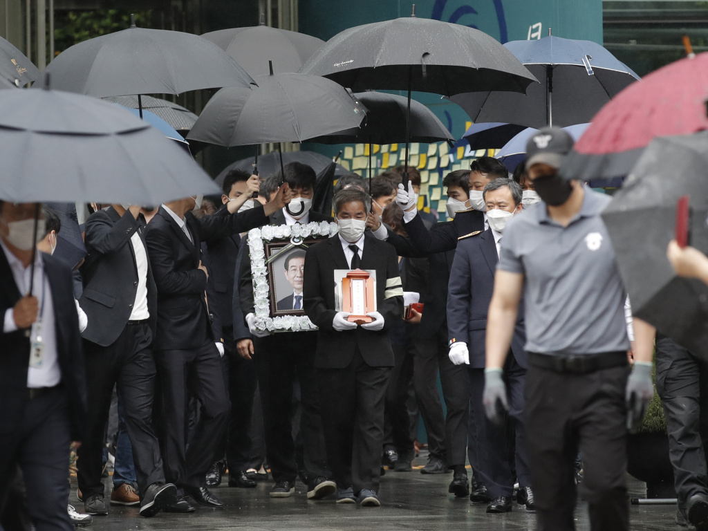 A group of mourners leaves the funeral of Seoul Mayor Park Won-soon at Seoul City Hall on Monday.