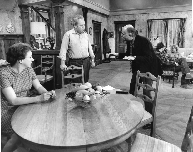 (l to r) Jean Stapleton, Carroll O'Connor, Norman Lear, Rob Reiner and Sally Struthers on the set of