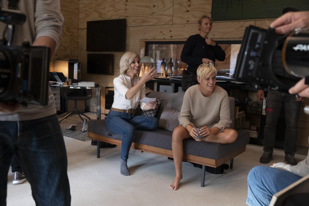 Elizabeth Banks, center, with Kristen Stewart on the set of