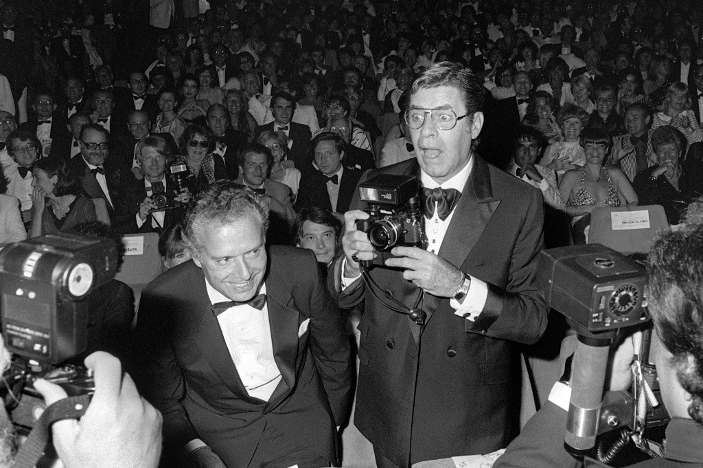 US actor Jerry Lewis jokes with photographers on May 26, 1982 during the 35th International Movie Festival in Cannes.