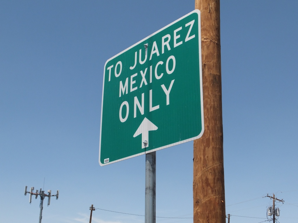 Sign for the border crossing to Ciudad Juarez