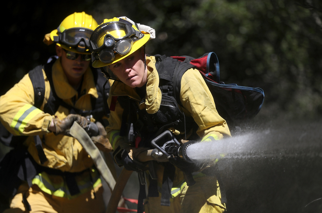 More than 150 firefighters battling 30-acre brush fire above Brentwood
