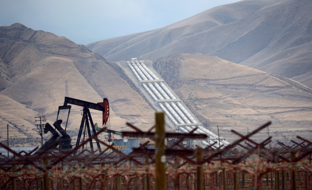 File photo: An oil derrick is seen near vineyards north of the Grapevine in central California's Kern County where the Chrisman Wind Gap Pumps, part of the California Aqeduct System, lifts water about 800 feet up the mountainside to begin its crossing of the Tehacahpis to deliver water into Southern California, on February 3, 2014.