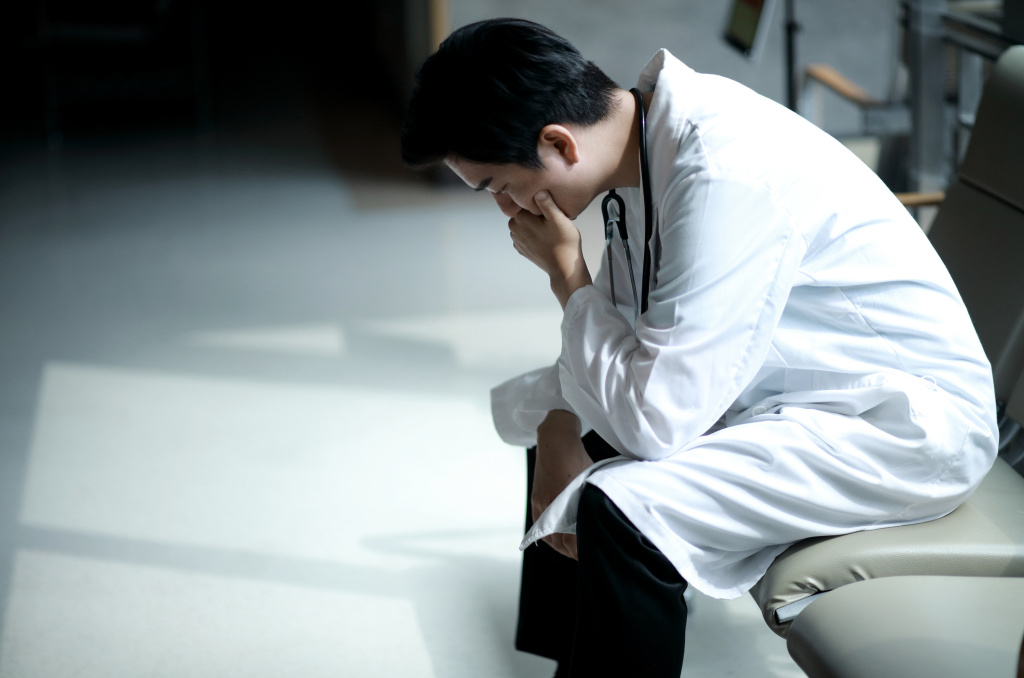 Doctors who experience burnout are prone to cut back on hours or quit practicing medicine. This costs the health care system billions, new research finds.